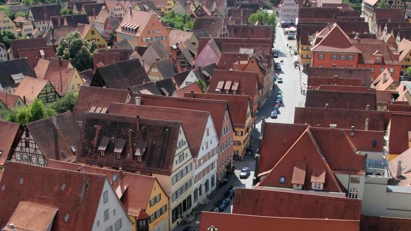 Blick vom Turm des Münsters St. Georg auf die Stadt mit ihren bunten Häusern und schmalen Straßen. Foto: Verena Wolff/dpa-tmn/dpa