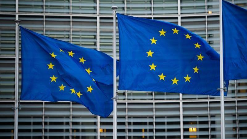 Flaggen der Europäischen Union wehen im Wind vor der Europäischen Kommission in Brüssel. Foto: Arne Immanuel Bänsch/dpa
