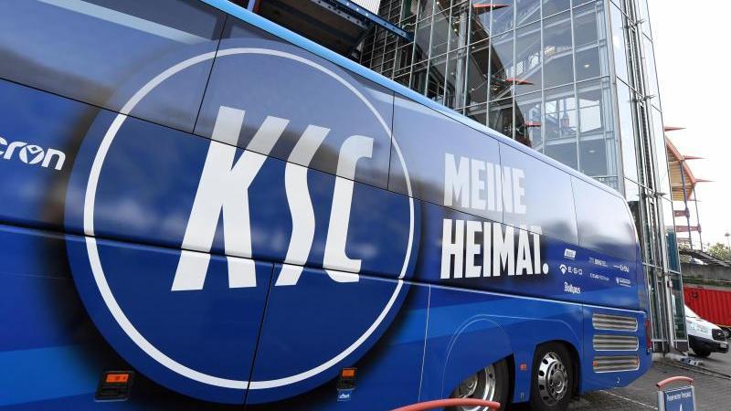 Ein Logo des Karlsruher SC, aufgenommen im Wildparkstadion am Mannschaftsbus. Foto: Uli Deck/dpa
