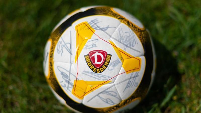 Ein Fußball mit dem Logo des Fußball-Zweitligisten SG Dynamo Dresden. Foto: Robert Michael/dpa-Zentralbild/dpa