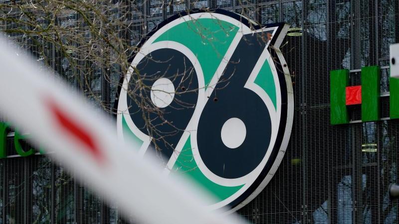 Das Logo des Vereins Hannover 96 am Heimstadion. Foto: Peter Steffen/dpa/Archivbild