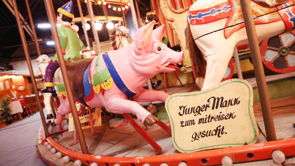 """ARCHIV - 15.01.2019, Nordrhein-Westfalen, Essen: Ein Schild """"Junger Mann zum mitreisen gesucht"""" steht im Schaustellermuseum auf einem Kinderkarussell von 1903 im Schaustellermuseum. (zu dpa """"400 Jahre Karussell - Doch Schausteller haben nichts zu fei"""