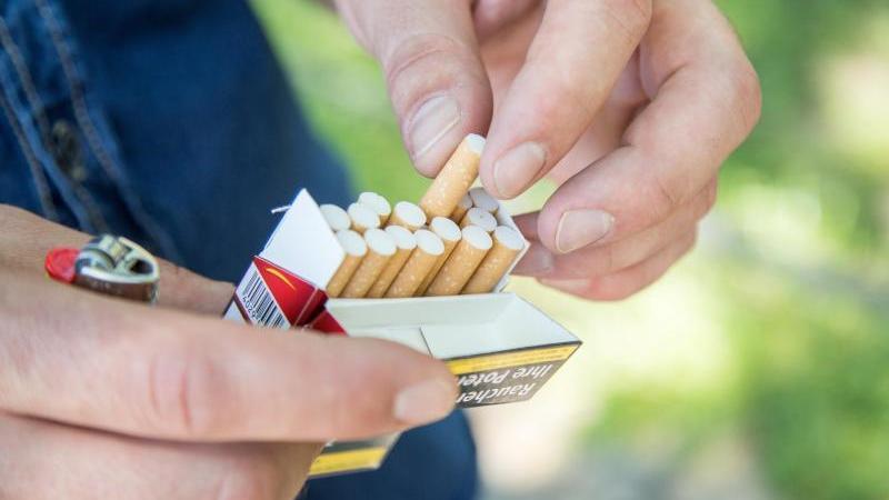 Ein Mann nimmt eine Zigarette aus einer Zigarettenschachtel. Foto: Christin Klose/dpa-tmn/Symbolbild