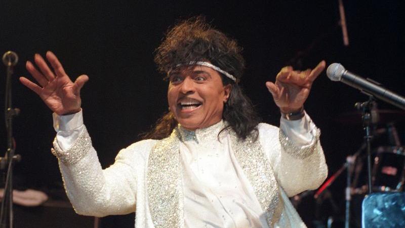 """Little Richard, der """"King of Rock'n'Roll"""", bei einem Konzert in der Grugahalle 1997. Foto: Herbert Spies/dpa"""