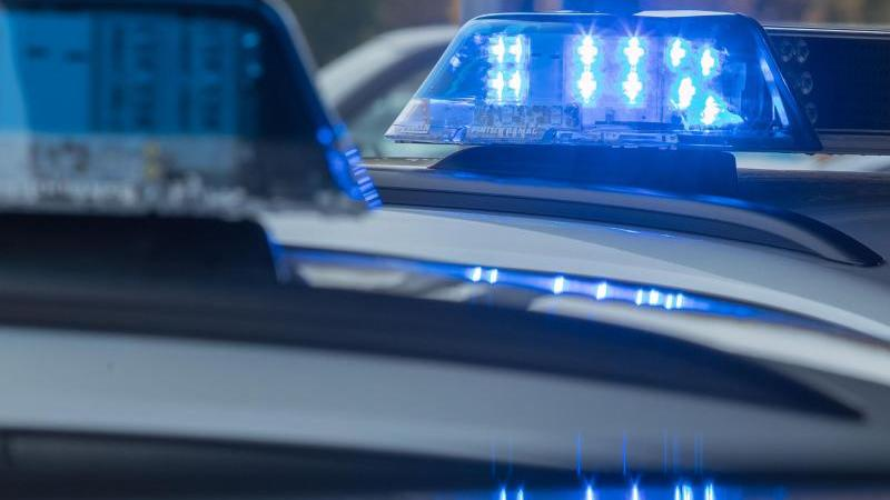 Ein leuchtendes Blaulicht ist auf dem Dach eines Streifenwagens zu sehen. Foto: Jens Büttner/dpa-Zentralbild/dpa/Symbolbild