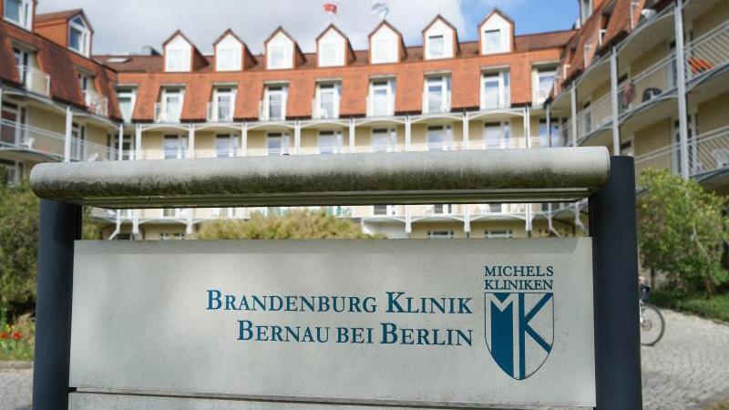 """Blick auf den Eingang vom Haus """"Brandenburg"""" auf dem Gelände der Brandenburgklinik. Foto: Jörg Carstensen/dpa/Archivbild"""