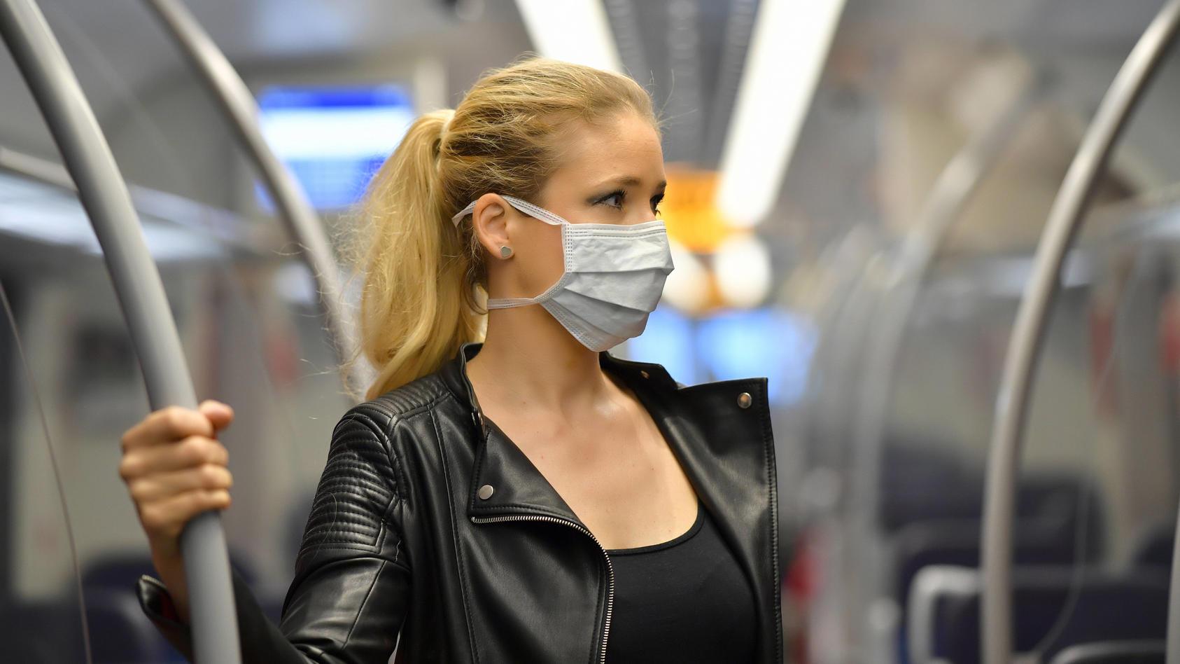 Auch in Bussen und Bahnen ist eine Mund- und Nasenbedeckung in Deutschland Pflicht.