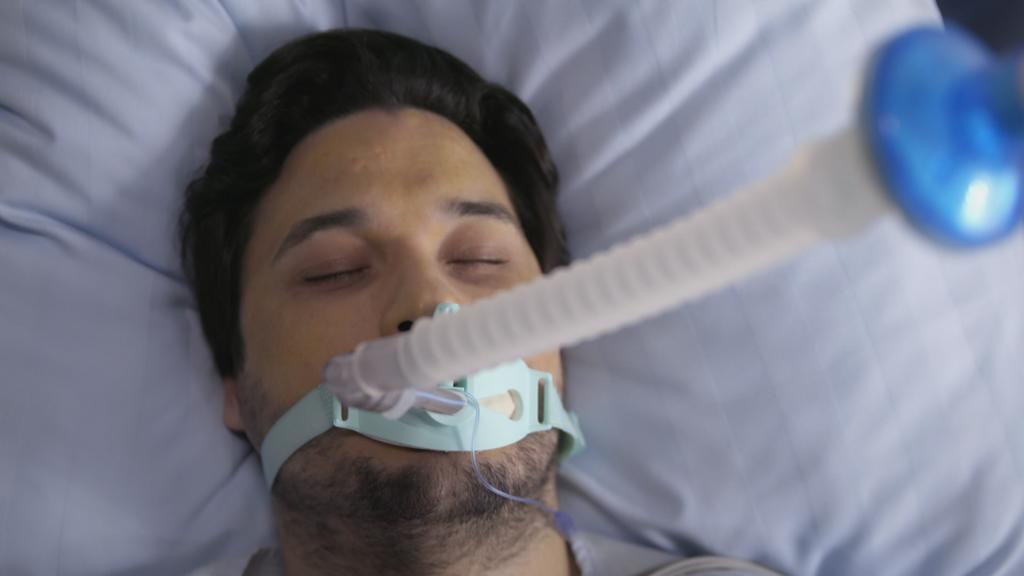 Unter uns: Jakob liegt im Krankenhaus.