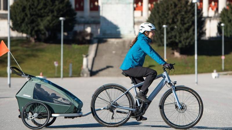 Für den Kindertransport ist ein Zweispuranhänger gut geeignet. Die zwei Rädern außen am Rahmen laufen stabil und vertragen viel Last. Foto: Luka Gorjup/pd-f/dpa-tmn