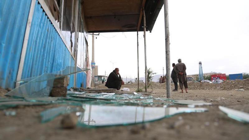 Glasscherben liegen auf dem Boden nach einer der Explosionen in Kabul, der Hauptstadt Afghanistans. Foto: Rahmatullah Alizadah/XinHua/dpa