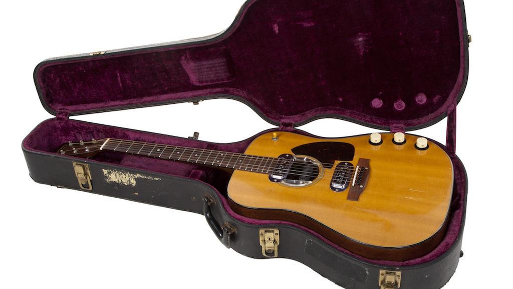 HANDOUT - 12.03.2020, ---: Eine Gitarre des früheren Nirvana-Frontmanns Kurt Cobain in ihrem Koffer. Das Instrument soll in Kalifornien versteigert werden- und könnte Schätzungen zufolge eine Million US-Dollar einbringen. Foto: -/Julien's Auctions/d