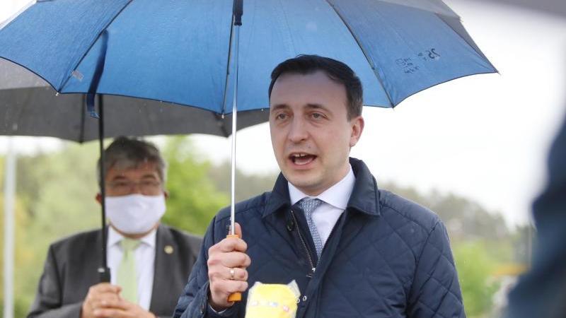 Paul Ziemiak (CDU) hält einen Regenschirm. Foto: Danny Gohlke/dpa
