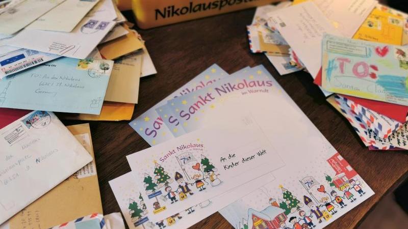 An den Nikolaus adressierte Briefe liegen im Nikolaus-Postamt. Foto: Nikolauspostamt/dpa/Archivbild