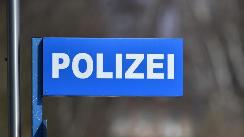 """Ein Schild mit der Aufschrift """"Polizei"""" ist zu sehen. Foto: Ralf Hirschberger/dpa-Zentralbild/dpa/Symbolbild"""