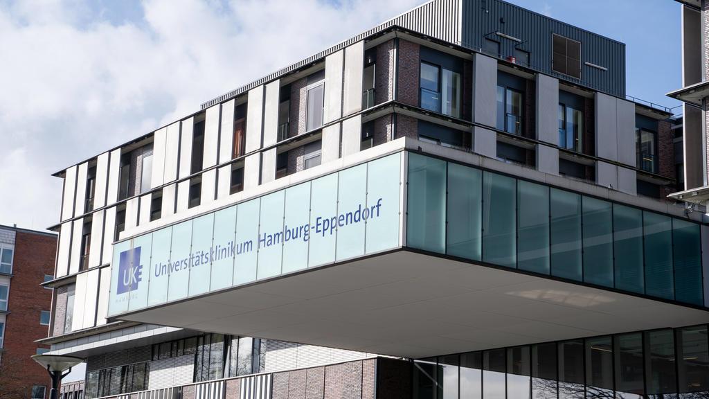 Universitätsklinikum Hamburg-Eppendorf - Hamburger Krankenhaus UKE - Universitäts-Klinikum - Symbolfoto Symbolbild - Gebäude Hauptgebäude Eingang LogoUniversitätsklinikum Hamburg-Eppendorf - Hamburger Krankenhaus UKE - Universitäts-Klinikum - Symbol