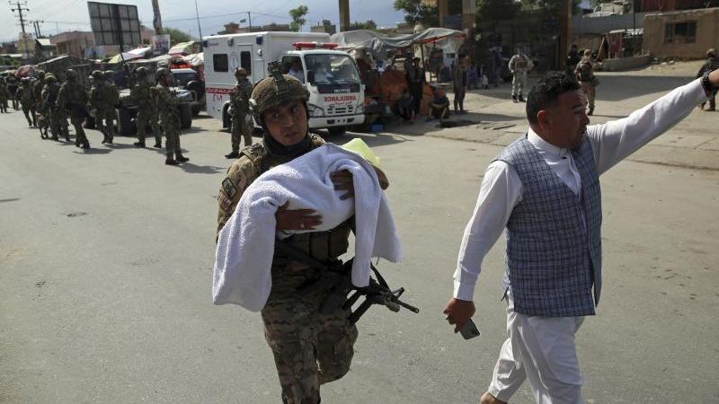 Nach dem Angriff auf eine Entbindungsklinik im westlichen Teil Kabuls. Foto: Rahmat Gul/AP/dpa