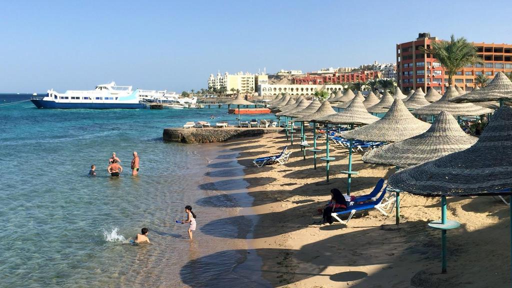 """ARCHIV - 22.05.2016, Ägypten, Hurghada: Touristen stehen im Wasser an einem Hotel-Strand in Hurghada. (Zu dpa """"Reisebranche wehrt sich gegen «pauschalen Abgesang» auf Sommerurlaub"""") Foto: picture alliance / Benno Schwinghammer/dpa +++ dpa-Bildfunk ++"""