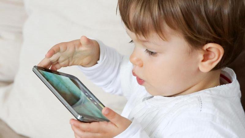Die Bundeszentrale für Gesundheitliche Aufklärung (BZgA) empfiehlt, dass Kinder im Alter bis zu drei Jahren keinen Zugang zu Bildschirmmedien bekommen. Foto: Bodo Marks/dpa-tmn