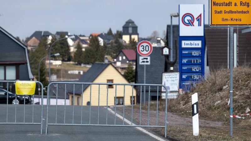 Ein Sperrzaun mit Schild an der Ortszufahrt weist auf die Quarantäne des Ortes hin. Foto: Michael Reichel/dpa-Zentralbild/dpa/Archivbild
