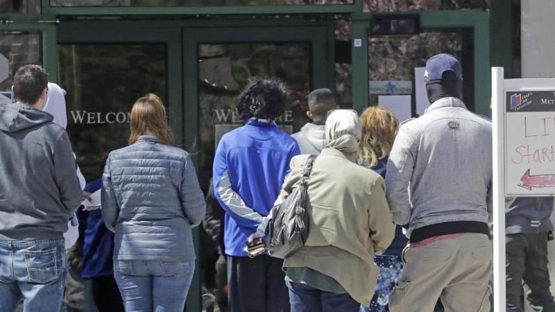 Menschen warten vor einem Arbeitsamt in Salt Lake City im US-Bundestaat Utah. Foto: Rick Bowmer/AP/dpa