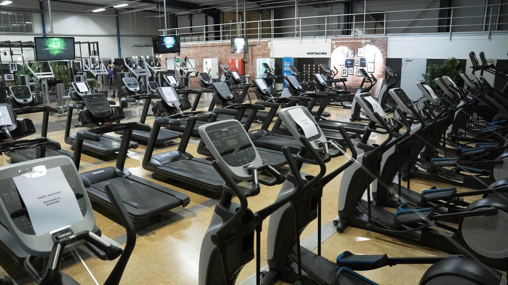 News Bilder des Tages McFit Fitnessstudio in Köln Kalk. Nach sieben Wochen Stillstand aufgrung der Corona-Einschränkungen dürfen Fitnessstudios unter strengen Auflagen in Deutschland wieder öffnen. NRW macht den Anfang. Köln, 11.05.2020 *** McFit fit