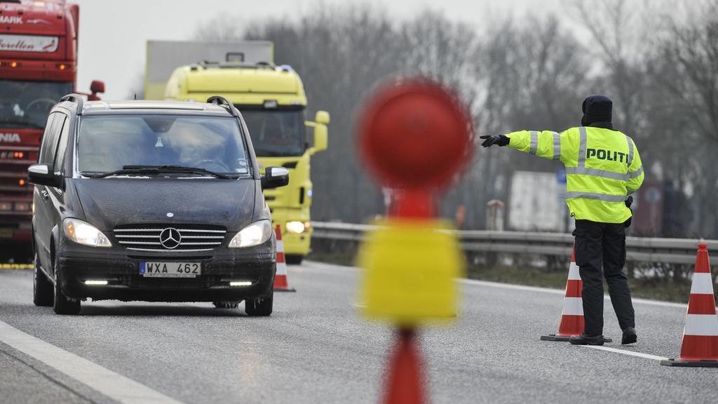 dänische Grenzkontrolle Kontrolle an der deutsch-dänischen Grenze durch die dänische Polizei auf der A7. Personen ohne gültige Ausweispapiere wird die Einreise ins Königreich verwehrt.