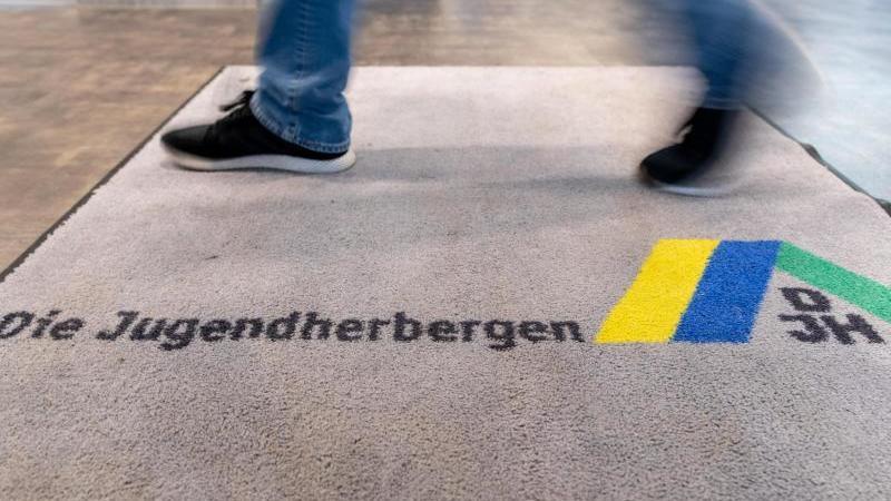 Blick auf den Teppich am Eingang einer Jugendherberge. Foto: Friso Gentsch/dpa