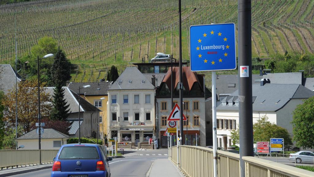 Die Grenzübergänge zwischen dem Saarland und Luxemburg werden wegen der Corona Krise stark kontrolliert. Die kleineren Grenzübergänge sind geschlossen. Im Bild: Die Brücke zwischen Perl und Schengen, fotografiert am Mittwoch 15.04.2020. *** The bord
