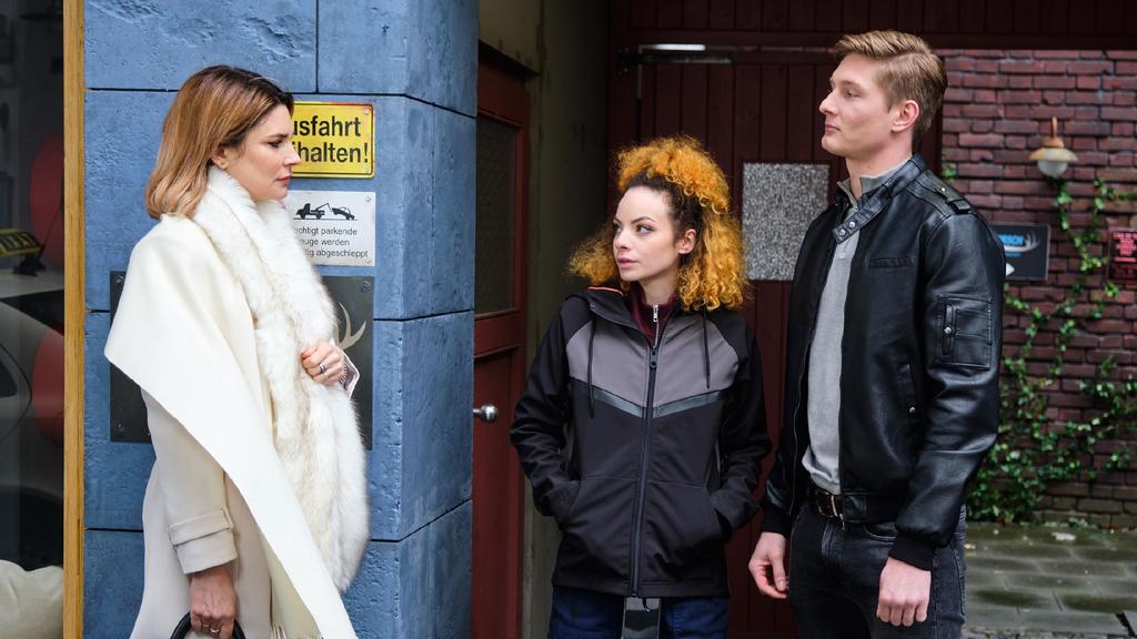 Unter uns: Nika (Isabelle Geiss, Mitte) legt sich in Gegenwart von Conor (Yannik Meyer) mit Eva (Claudelle Deckert) an.