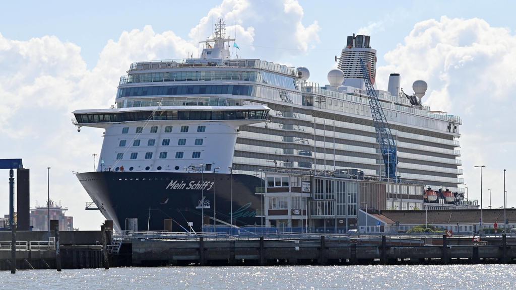 Cuxhaven, der 05.05.2020 Die 2.900 Mitglieder starke Crew der Mein Schiff 3 harrt seit mehr als vier Wochen auf dem Kreuzfahrtschiff aus. Teilweise sind die Mitarbeiter auf der Mein Schiff 3 in kleinen Kabinen ohne Fenster untergebracht, das Kreuzfah