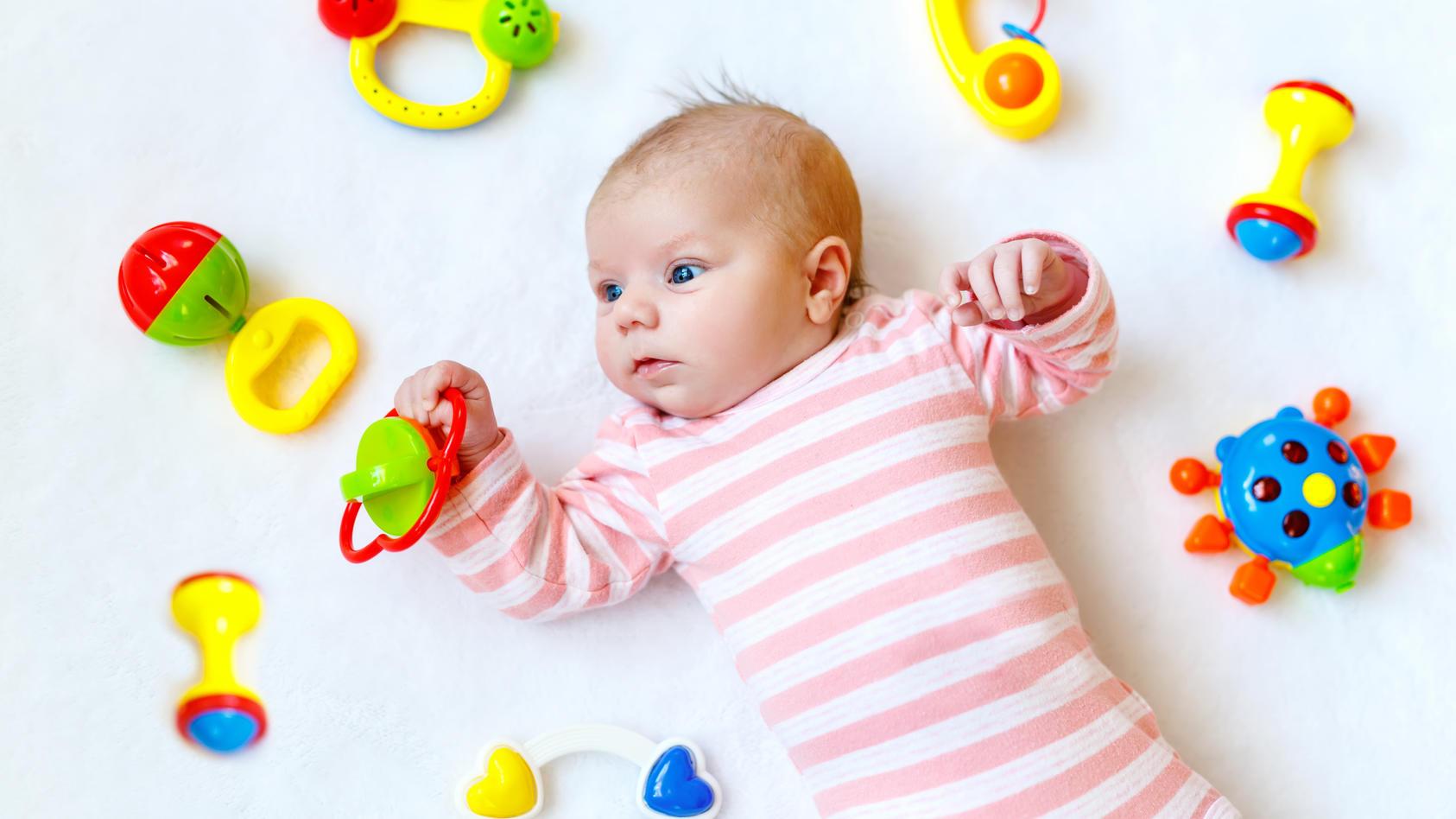 Mit dem richtigen Spielzeug die Entwicklung Ihres Babys fördern: Ab dem 5. Monat interessiert sich das Baby mehr für allerhand Spielzeug und will beschäftigt werden.