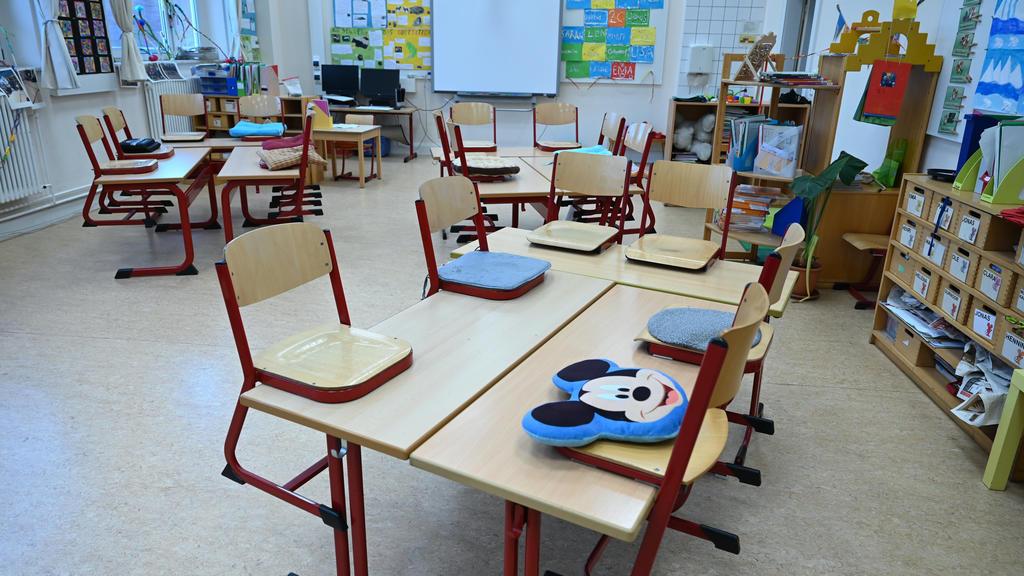 ARCHIV - 16.03.2020, Hessen, Frankfurt/Main: Stühle sind in einem leeren Klassenzimmer der Linne-Schule auf den Tische abgestellt. (zu dpa «Rückkehr in Klassenzimmer - Gerichtshof könnte Pläne umwerfen») Foto: Arne Dedert/dpa +++ dpa-Bildfunk +++
