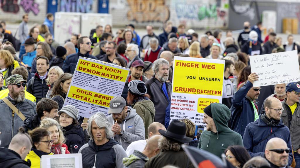 Deutschland, Baden-Württemberg, Stuttgart, 02.05.2020: Mehrere Tausend Menschen demonstrieren in Stuttgart gegen Corona-Beschränkungen. Aufgerufen hatte die Initiative Querdenken711, die das Grundgesetz in Gefahr sieht. Demonstriert wurde auf dem Ca