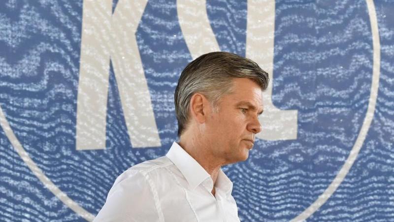 Der ehemalige KSC-Präsident Ingo Wellenreuther steht vor dem Logo des Vereins. Foto: Thomas Kienzle/dpa/Archivbild