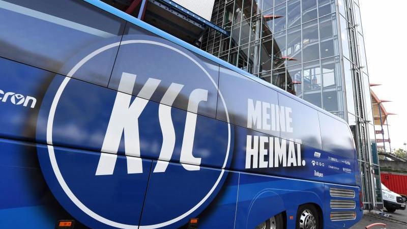 Das Logo des Karlsruher SC befindet sich am Mannschaftsbus. Foto: Uli Deck/dpa/Archivbild