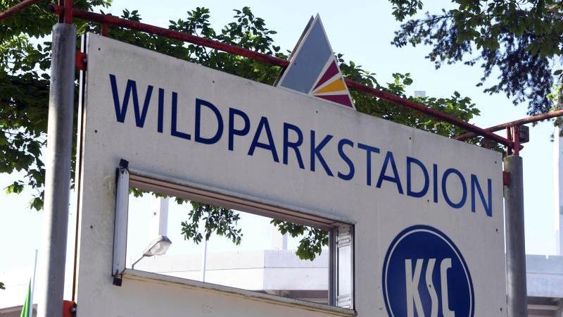 Ein Hinweisschild zum Wildparkstadion. Foto: Uli Deck/dpa/Archivbild