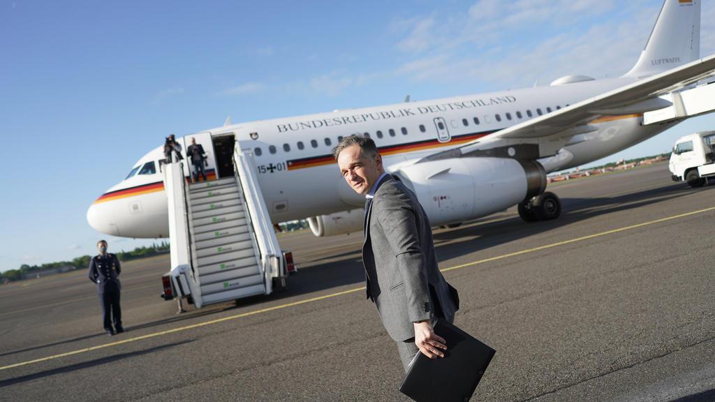 16.05.2020, Berlin: Heiko Maas (SPD), Außenminister, steigt in ein Flugzeug der Luftwaffe, um nach Luxemburg zu fliegen. Nach zehn Wochen ohne Dienstreise wegen der Corona-Krise hat Außenminister Maas erstmals wieder eine Auslandsreise angetreten. Fo