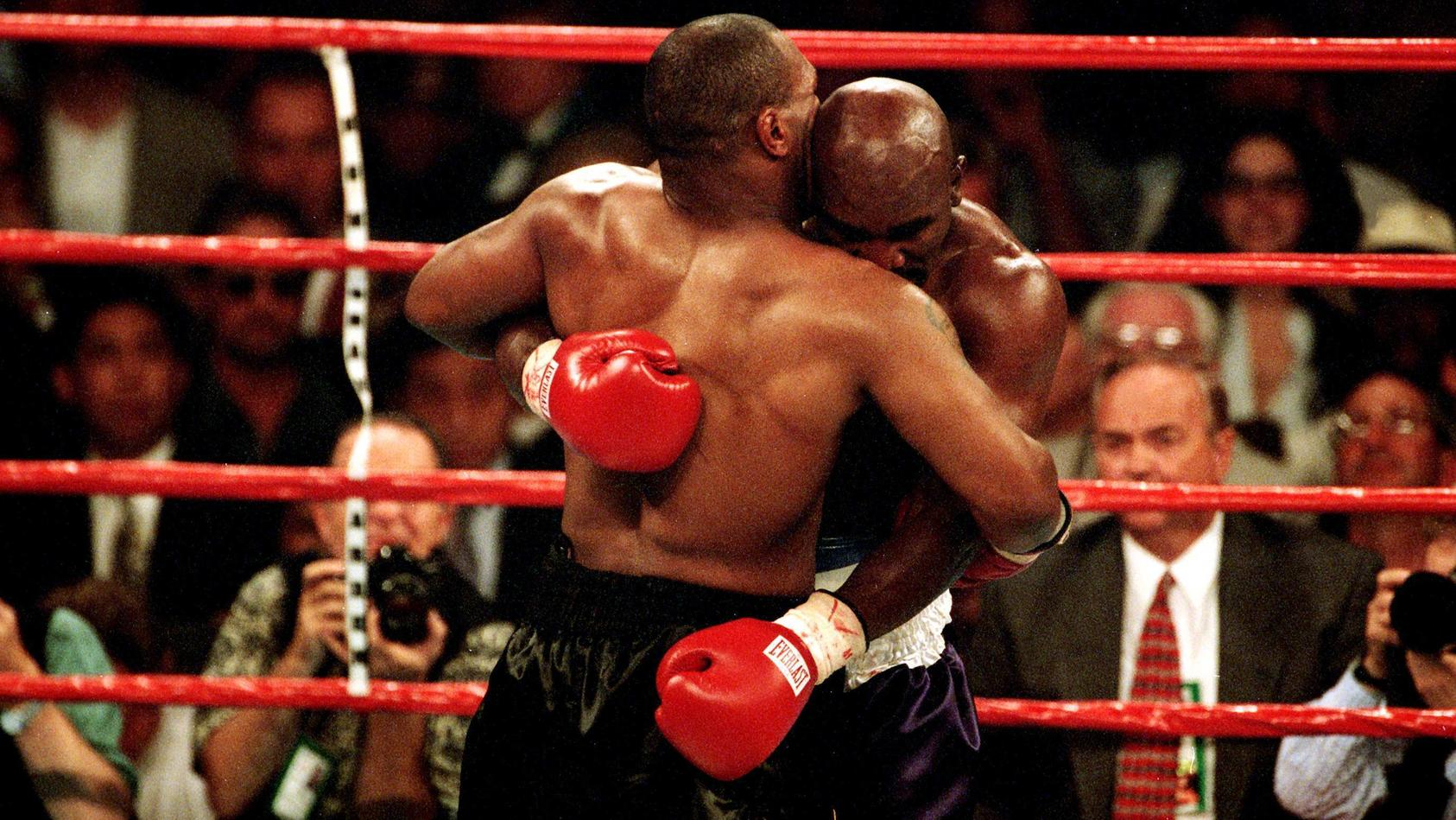 Mike Tyson (li.) beißt Evander Holyfield (beide USA) ein Teil des Ohres ab - PUBLICATION ONLY FOR GERMAN, SWISS, AUSTRI