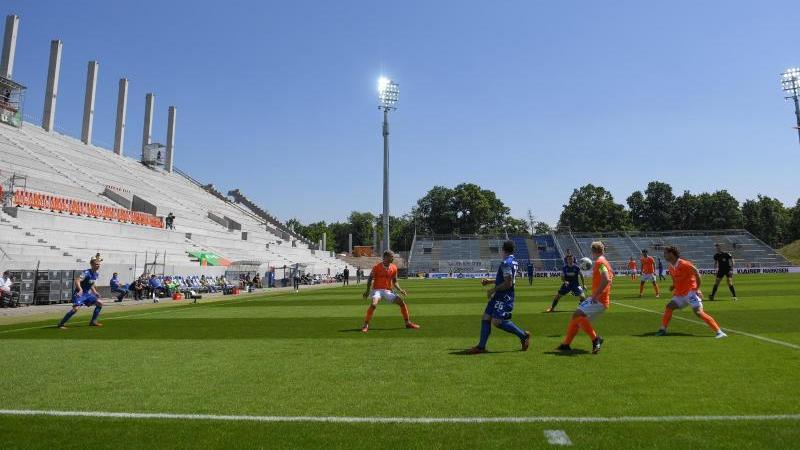 Der Karlsruher SC spielt gegen den SV Darmstadt 98 vor leeren Rängen. Foto: Matthias Hangst/Getty-Pool/dpa