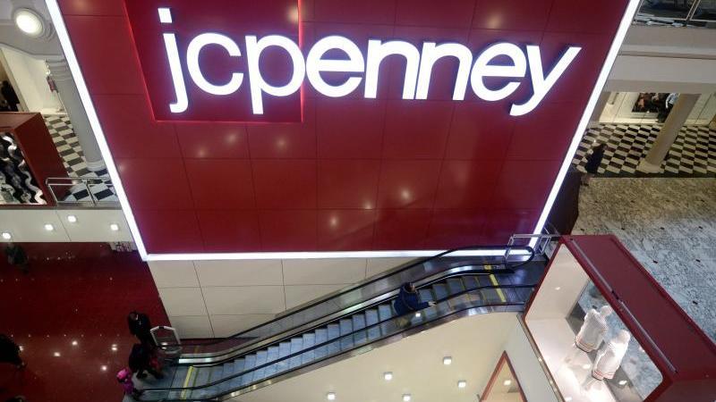 Das Logo von J.C. Penney in einem Warenhaus in New York. Foto: Andrew Gombert/EPA/dpa
