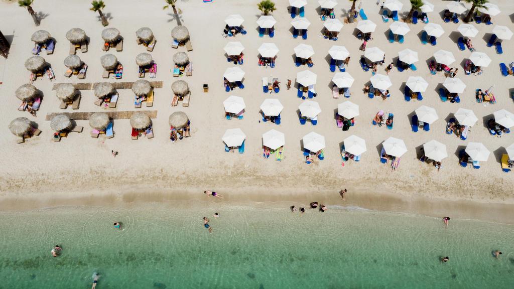 News Bilder des Tages Momentaufnahme vom Strand von Glyfada bei Athen Griechenland / Attika. Hunderte von organisierten Stränden sollen am Samstag für die Öffentlichkeit zugänglich sein, aber aufgrund der Coronavirus-Pandemie unter den Vorhersagen ei