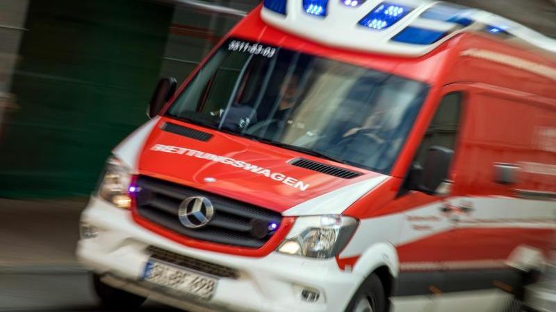Als einer hochschwangeren Frau auf dem Weg zum Krankenhaus die Fruchtblase platze, war der Rettungsdienst sofort zur Stelle (Symbolbild).