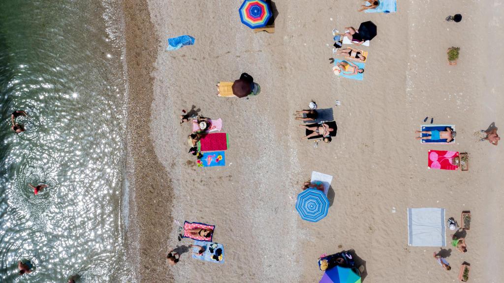 Momentaufnahme vom Strand von Glyfada bei Athen Griechenland / Attika. Hunderte von organisierten Stränden sollen am Samstag für die Öffentlichkeit zugänglich sein, aber aufgrund der Coronavirus-Pandemie unter den Vorhersagen einer Rekordhitzewelle