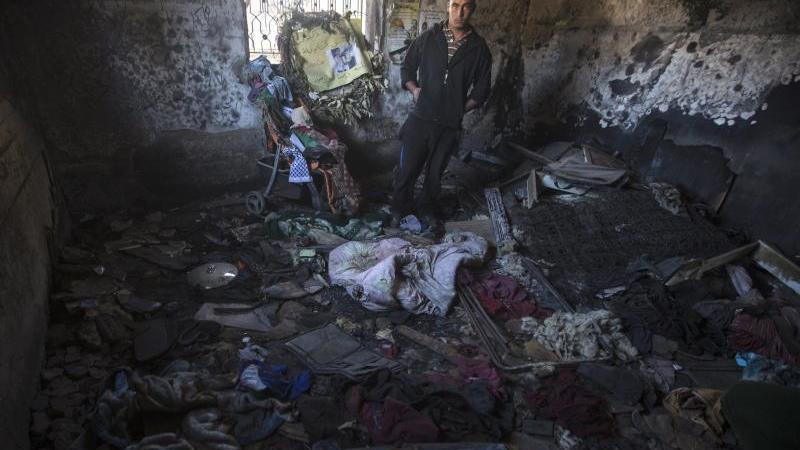 Das Archivfoto zeigt einen ausgebrannten Raum in dem Haus im Ort Duma. Foto: Atef Safadi/EPA/dpa