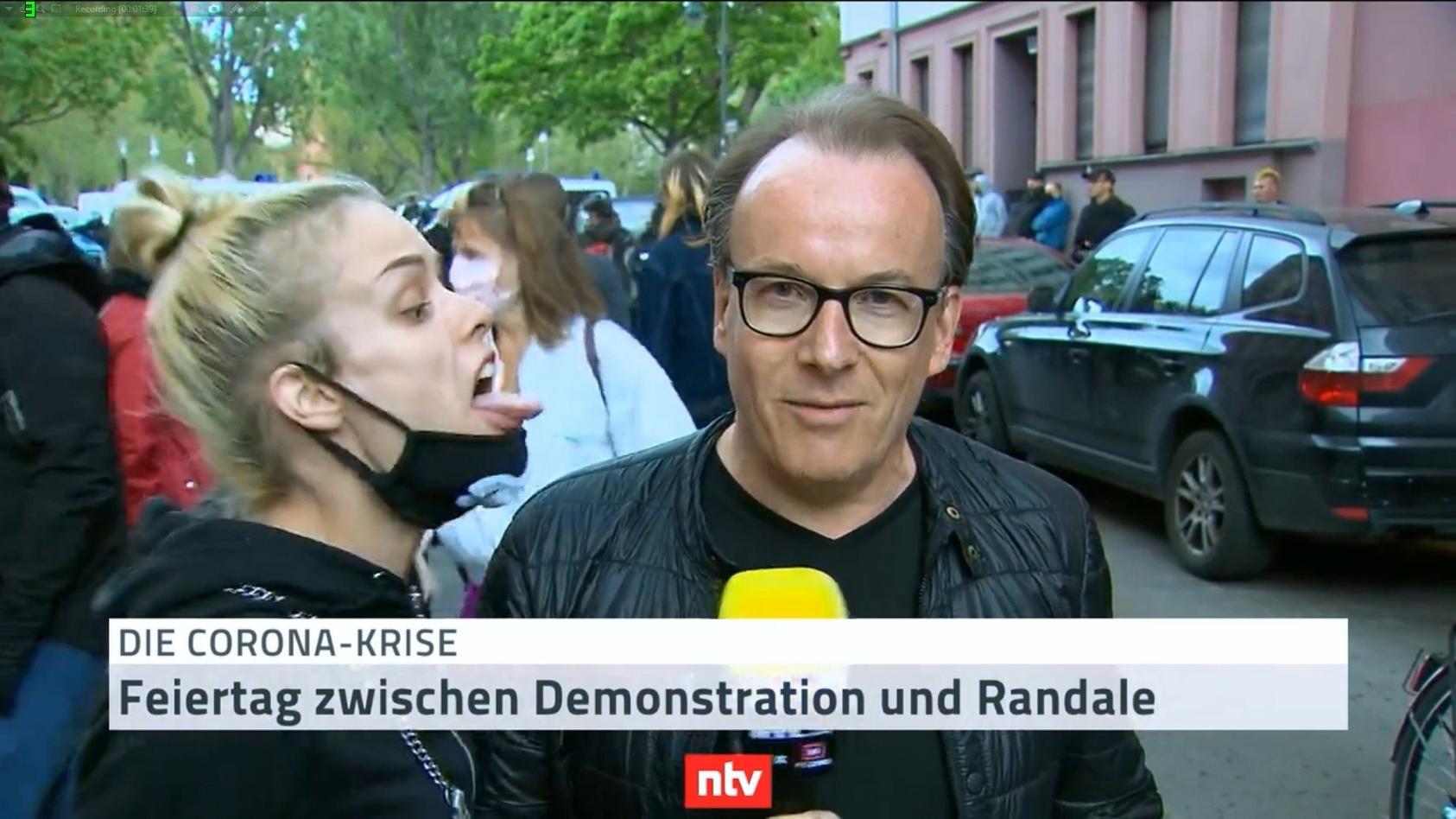 Reporter Martin to Roxel auf der Demo zum 1. Mai in Berlin