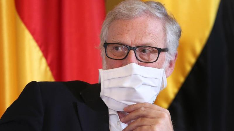 Rainer Robra,Kulturminister von Sachsen-Anhalt, sitzt bei einer Pressekonferenz. Foto: Ronny Hartmann/dpa