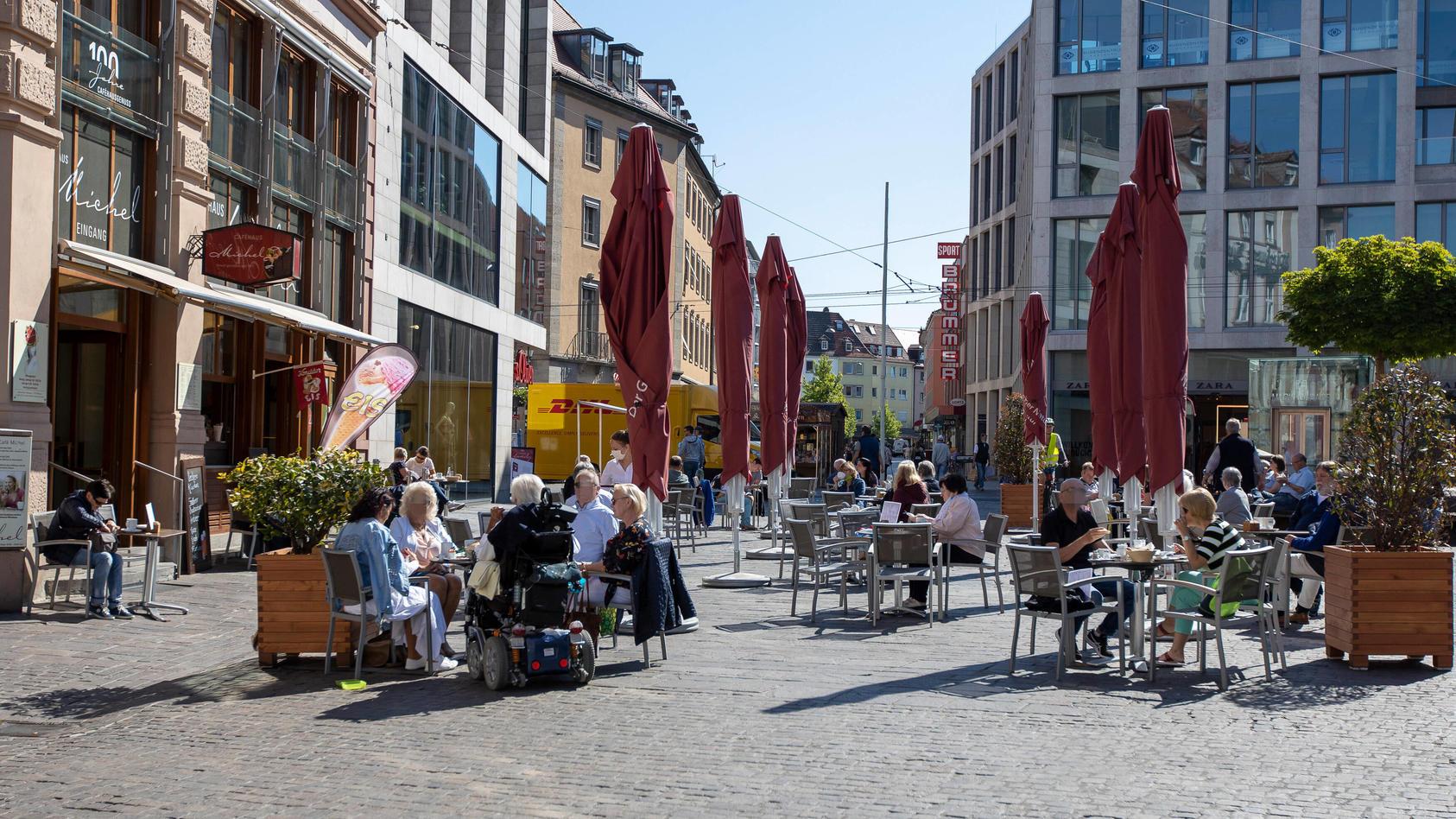In einem Café in Würzburg sitzen die Menschen mit Abstand im Außenbereich.