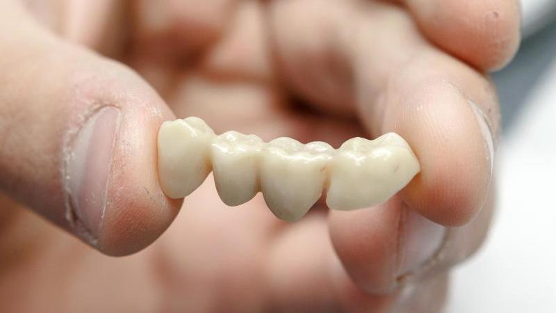 Hochwertiger Zahnersatz ist teuer. Für gesetzlich Krankenversicherte kann sich deshalb eine Zusatzversicherung durchaus lohnen. Foto: Markus Scholz/dpa-tmn