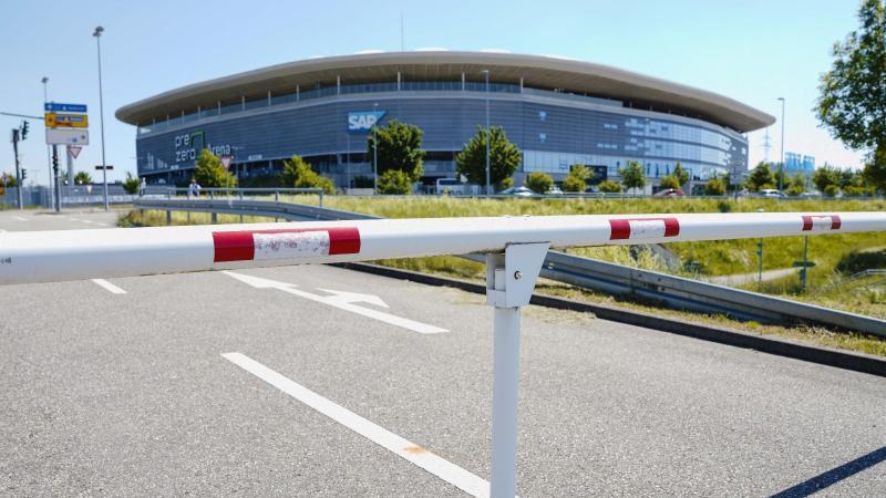 Eine heruntergelassene Schranke an einem Parkplatz vor dem Hoffenheimer Stadion. Foto: Uwe Anspach/dpa/Archivbild