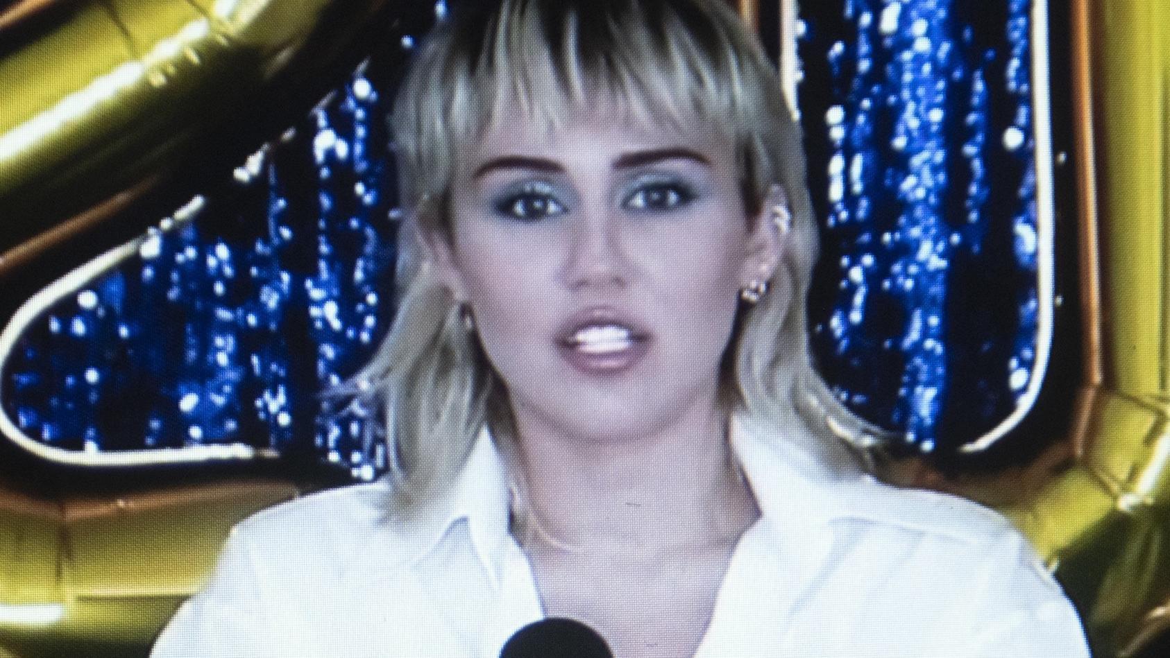 Miley Cyrus hat sich von ihrer Mutter Tish die Haare schneiden lassen.